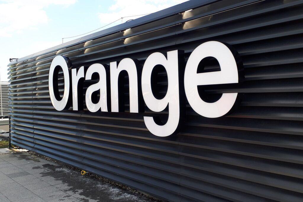 Orange litery 3d