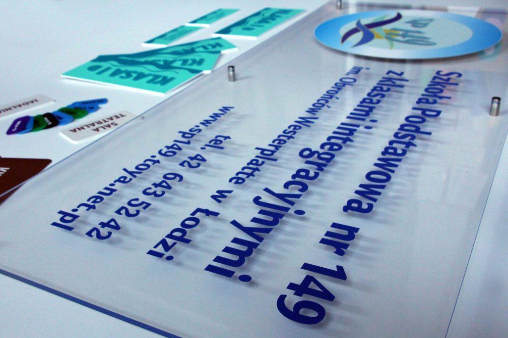 tablica informacyjna plexi na dystansach