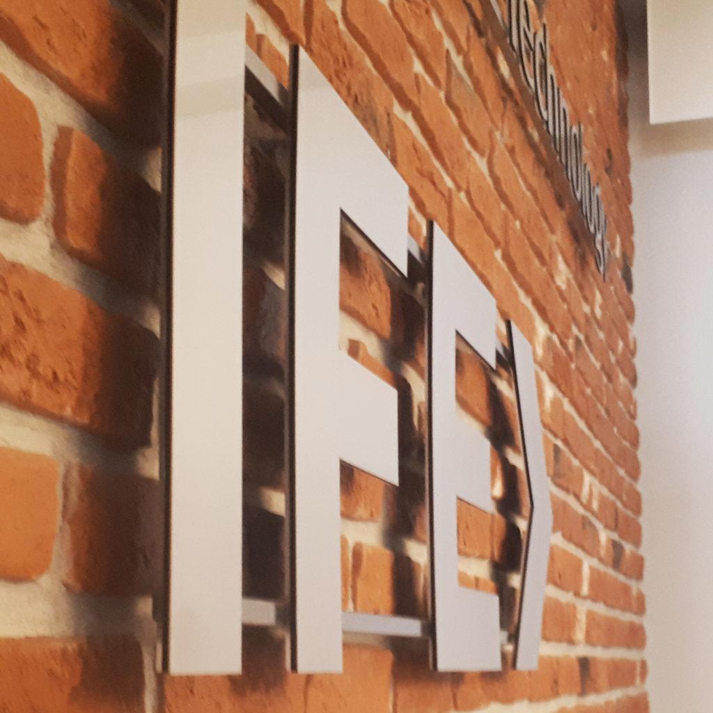 IFE - Litery 3 warstwowe na konstrukcji do szybkiego demontażu