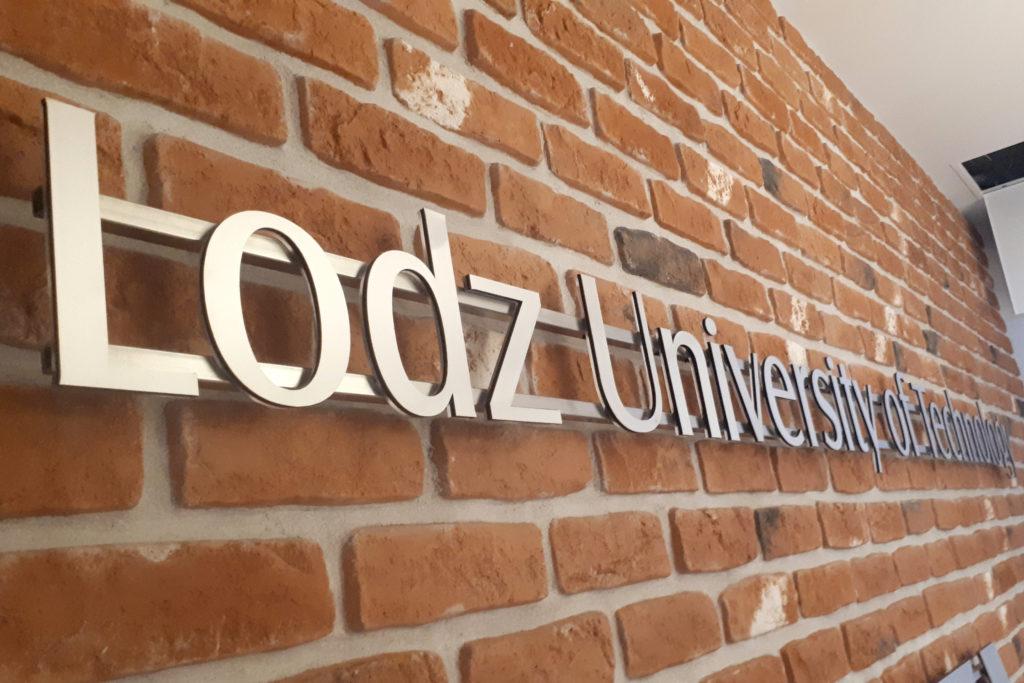 Lodz University of Technology - Litery 3 warstwowe na konstrukcji do szybkiego demontażu