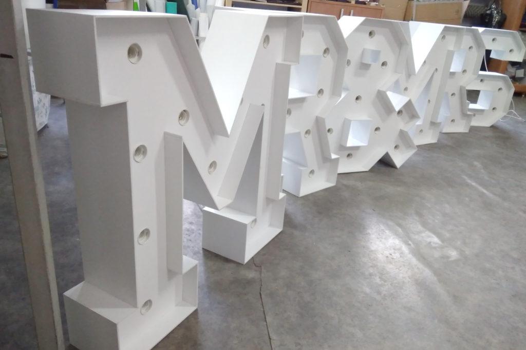 mr&mrs duże litery przestrzenne