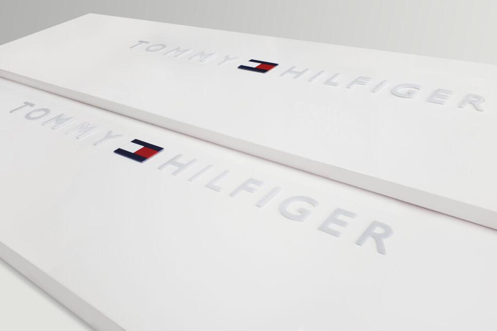 Tommy Hilfiger - podświetlane logo